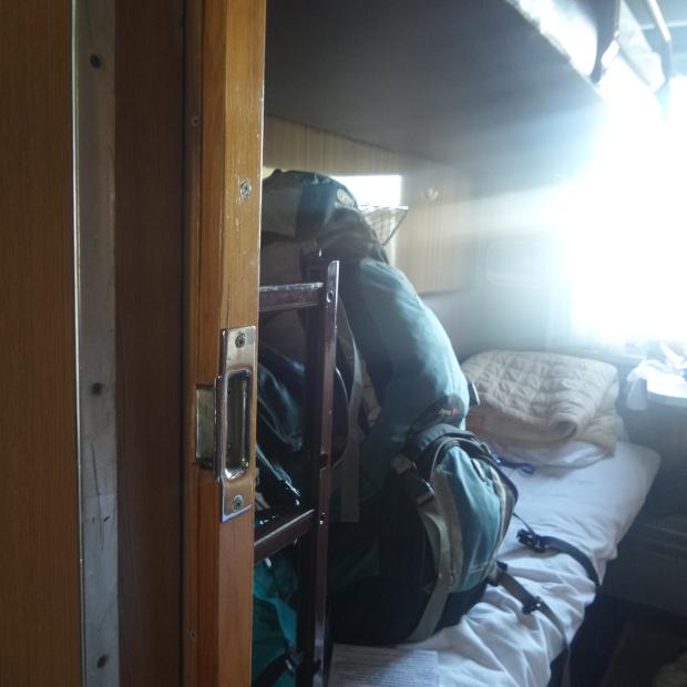 Di 1 kabin kereta ada 4 kasur begini: 2 di atas 2 di bawah. 1 gerbong ada beberapa kabin.